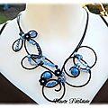 Collier fil aluminium noir et bleu pâte fimo et perles nacrées