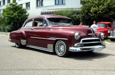 Chevrolet_deLuxe_styleline_2door_sedan_de_1951_avec_continental_kit_01