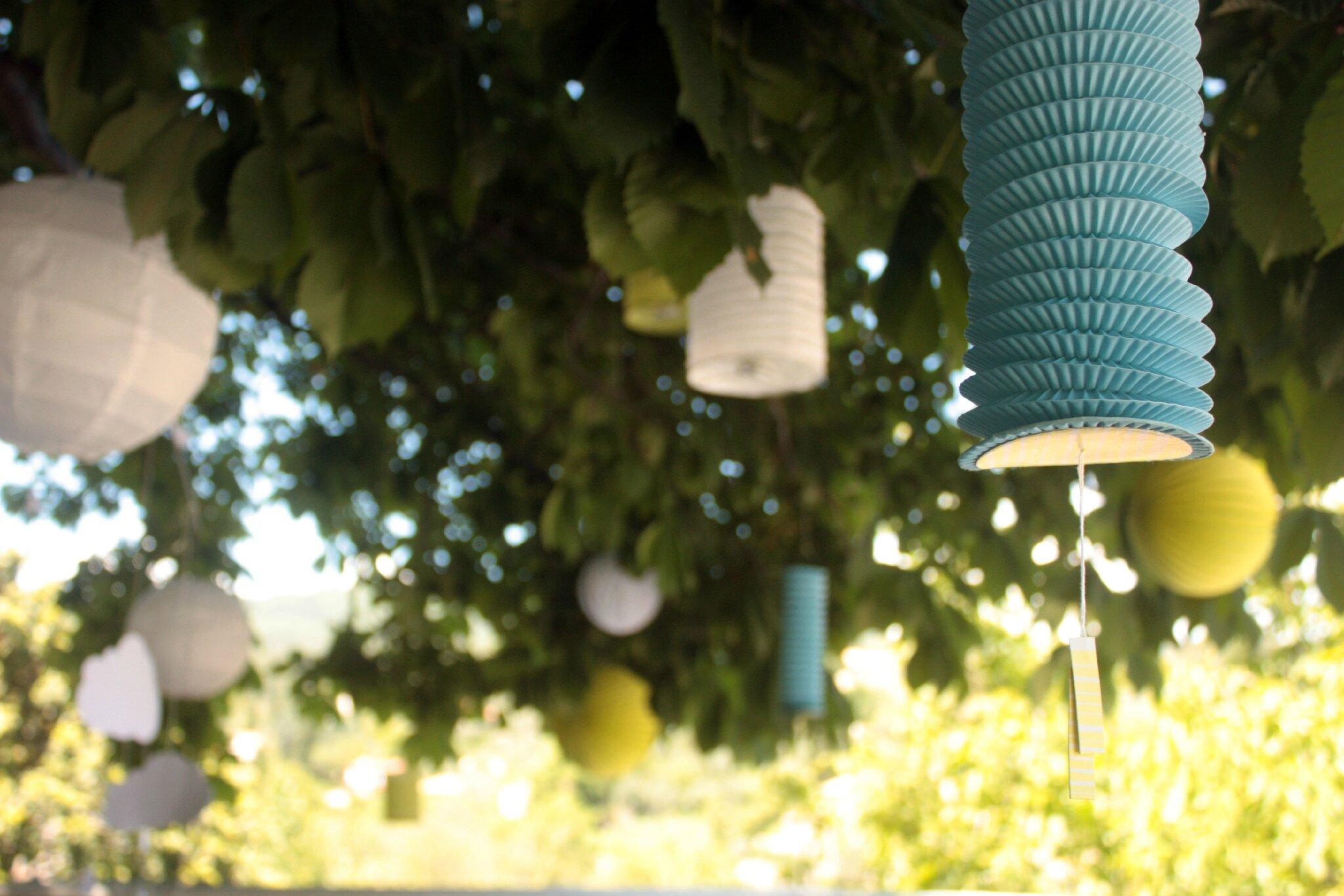 des lampions dans les arbres la scierie. Black Bedroom Furniture Sets. Home Design Ideas