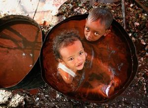 bain d'eau polluée décharge de Djakarta 2008