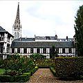 Jardins de l'archevêché avec le pavillon Saint-Romain à gauche et en fond la flèche de Saint-Maclou
