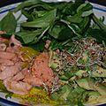 Saumon cru mariné au citron, huile d'olive, aneth et baies roses sans gluten ni produits laitiers