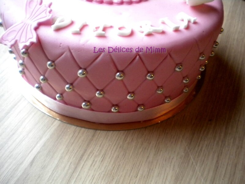 Un gâteau de baptême rose avec des papillons 3