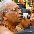 brahamane récitant les mantras derrière le char des femmes