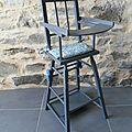 Chaise haute ancienne en bois pour poupée