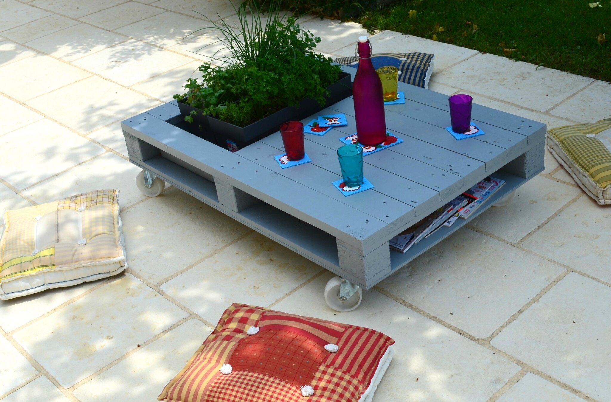 Table basse palette avec plante for Table basse palette
