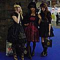 Un trio de Lolita devant un bateau pirate