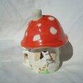 Petite maison champignon habitée par des souris blanches