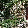 Facade et entrée fleuries à Chateauneuf en Auxois