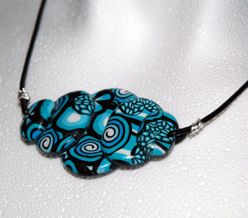 Black_and_Blue_Collier_en_pâte_fimo_zoom