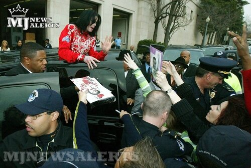 Michael-visits-Capitol-Hill-fanpop-17377163-500-335