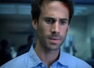 02393918_photo_joseph_fiennes_dans_flashforward