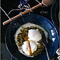 Œuf a basse température et son bouillon mousseux au cheddar sur lit de poireaux