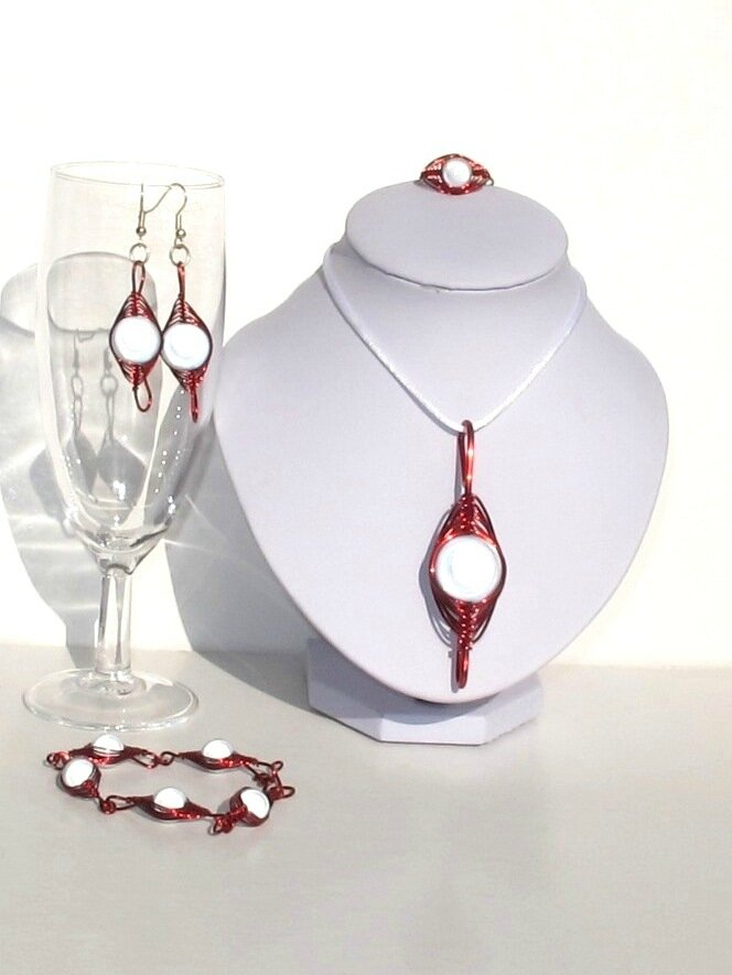 parure wire perles blanches fil rouge2