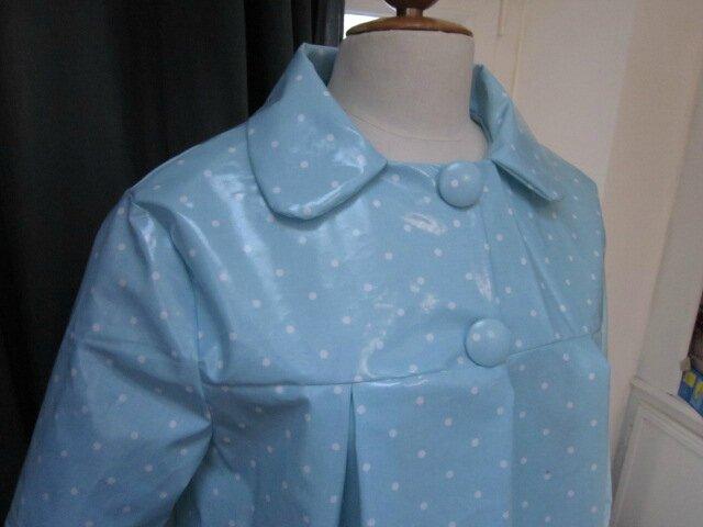 Ciré AGLAE en coton enduit ciel à petits pois blancs fermé par 2 pression dissimulés sous 2 boutons recouverts dans le mm tissu (3)