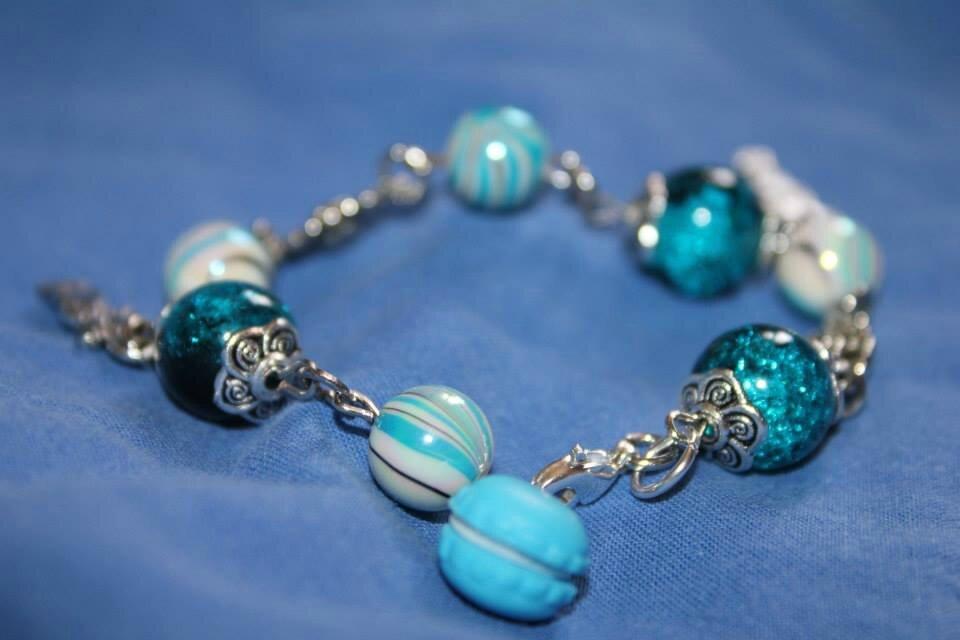 Bracelet turquoise et argent , breloques petites fille et macaron gourmand !