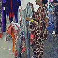 Japonaise en kimono à un stand