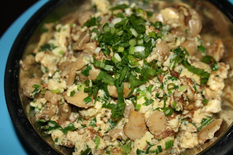 Un classique oeufs brouill s aux champignons du c t de - Cuisiner champignons de paris frais a la poele ...