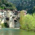 Village haut perché et sa rivière