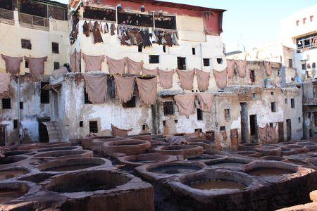 les tribunes à touristes vues d'en-bas Tanneries Chouwara FES Maroc