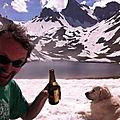 Jénorme boit une bière avec un chien inconnu face ua lac de Lhurs (64)