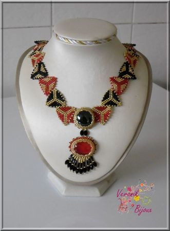 collier_triangles_rouge