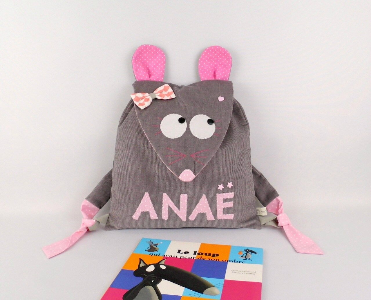 Sac souris crèche personnalisable prénom Anaë gris rose sac à dos fille école maternelle amanite rose baby backpack personalized name grey pink girl baby gift