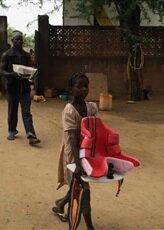 jeune-fille-aidant-au-dechargement