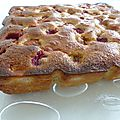 Gâteau moelleux à la ricotta, cerises et framboises