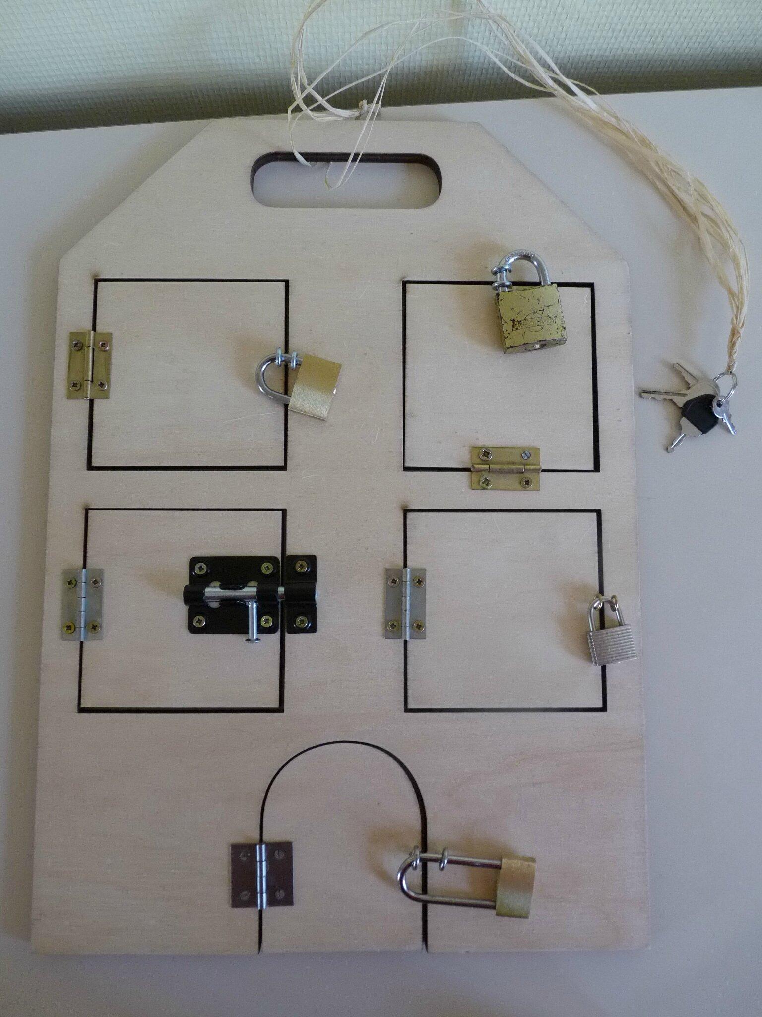 une nouvelle maison des serrures avec des cadenas cette fois 123montessori le blog. Black Bedroom Furniture Sets. Home Design Ideas