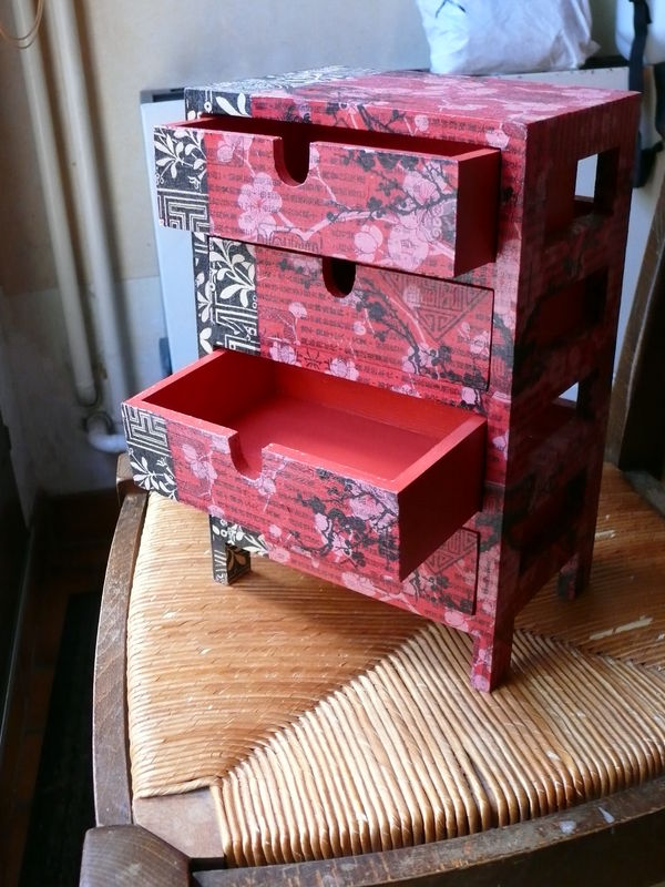 petit meuble 4 tiroirs en bois recouvert de papier d copatch genre chinois rose et noir photo. Black Bedroom Furniture Sets. Home Design Ideas