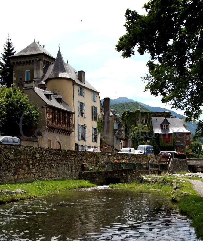 Le château de Ségure au bord de la rivière Neste