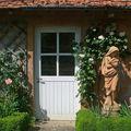 Porte d'une remise gardée par une statue