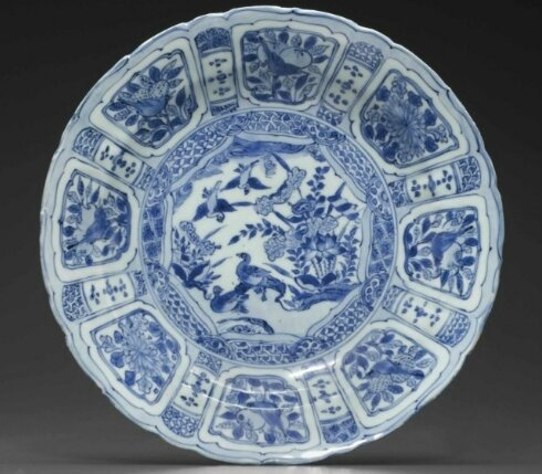 A blue and white 'Kraak Porselein' dish, Late Ming dynasty, circa 1610-1630