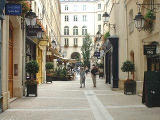 19 - Passage Couvert - Cité Berryer - De nombreux restaurants et magasins.