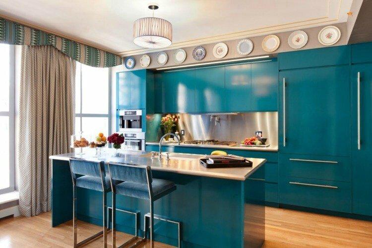 idees-deco-cuisine-armoires-îlot-bleu-pétrole-déco-assiettes-céramique