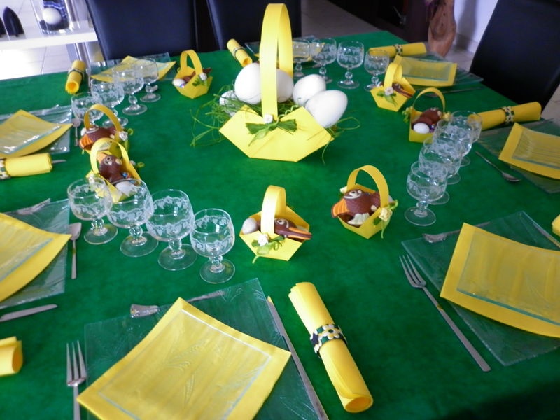 Table de p ques vert et jaune les cr ations d co de for Table exterieur jaune