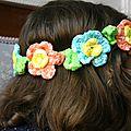 Guirlande de fanions et couronne de fleurs