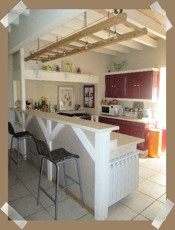 Une cuisine Rouge Basque - L'atelier VERT ANIS