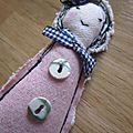 Une broche les poupettes by la fée marraine n°5 : rose et marine... avec une petite rose dans les cheveux...^^