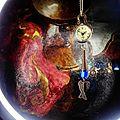 Sautoir montre boule à quartz surmontant des ailes et une perle en plastique...