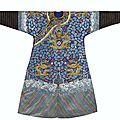 Rare robe impériale brodée en soie à fond bleu, dynastie qing, xixesiècle