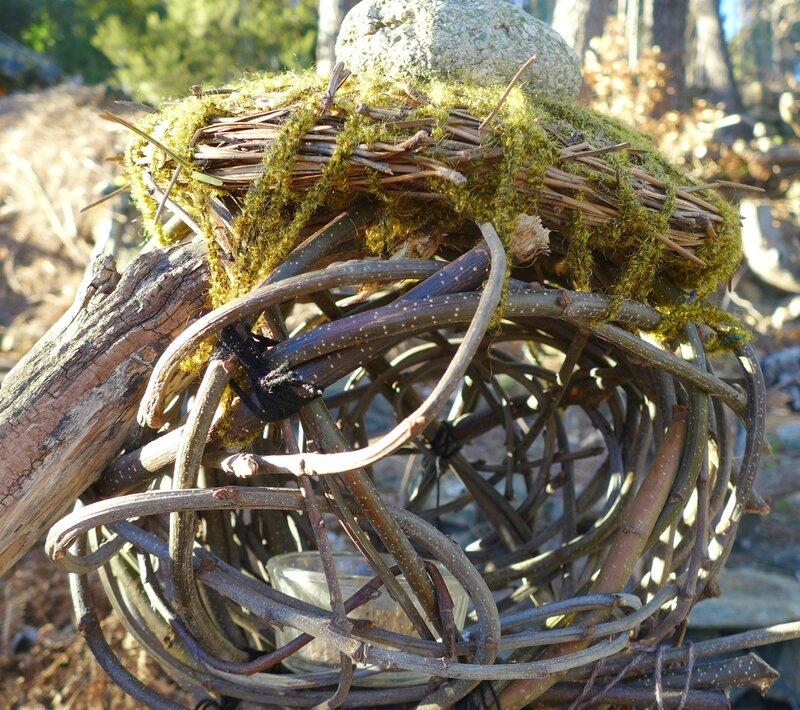 mangeoire oiseaux en rejets chataingers tressés et toit en aiguilles de pins
