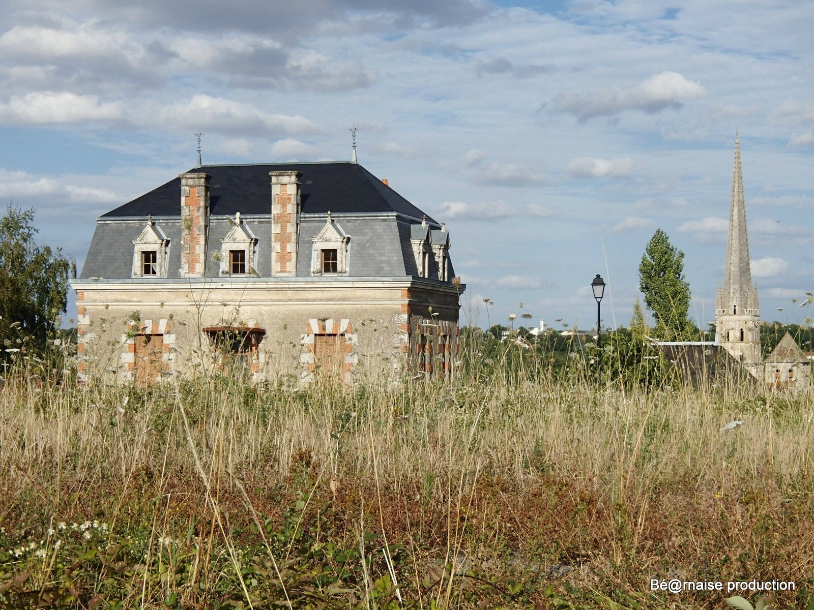 Maison et clocher (Saint-Savin-sur-Gartempe, août 2015)
