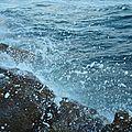 Vagues contre les rochers littoral méditerranéen