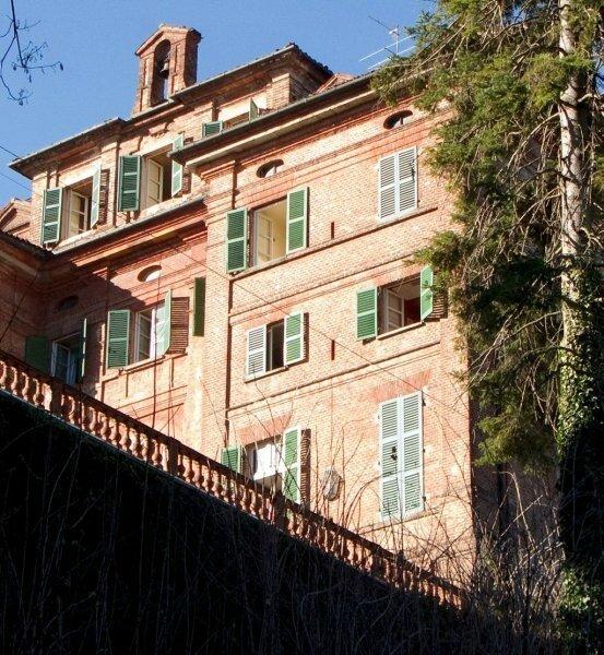 CHEZ CARLA BRUNI CHATEAU DE FAMILLE EN ITALIE
