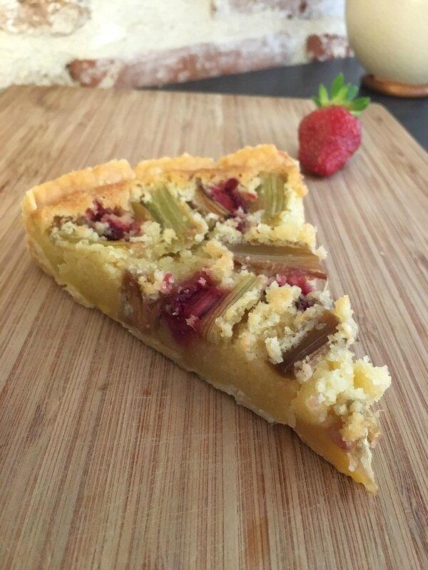 Tarte à la rhubarbe, crème d'amande et fraises