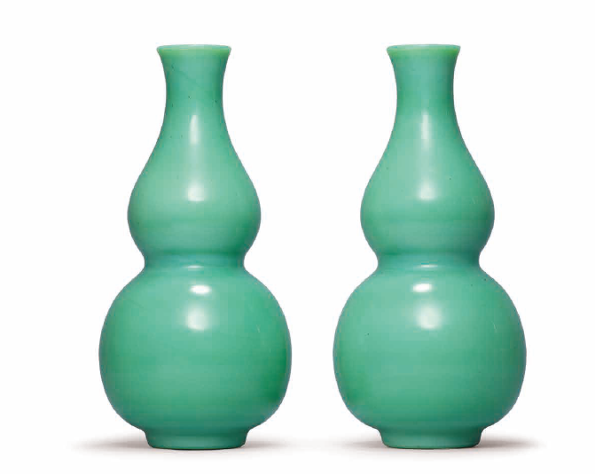 A pair of green glass double-gourd vases, Qing dynasty, 18th-19th century