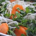 Sauce satay sur nouilles de riz, légumes vapeur et sésame