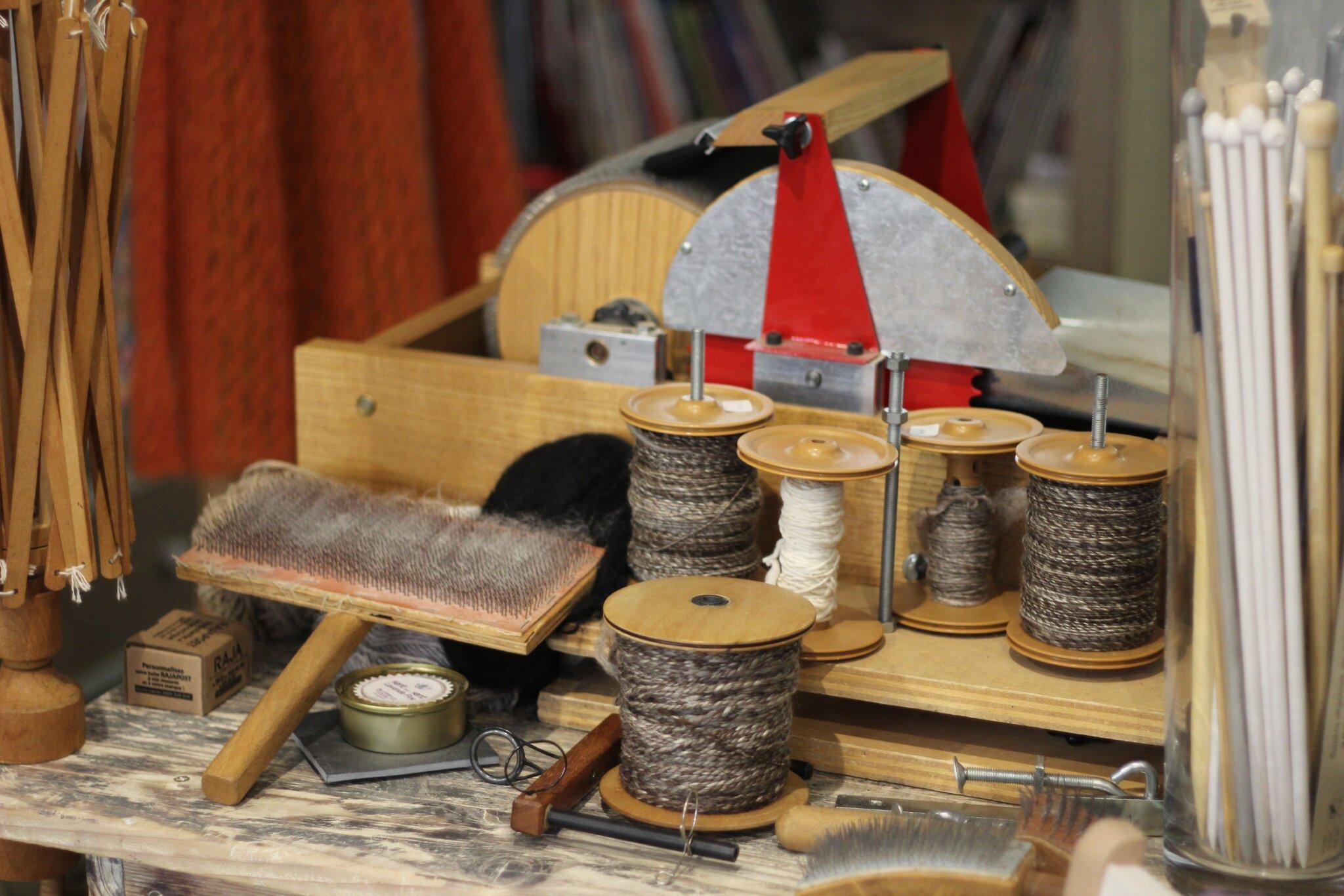 fileuse de laine au rouet